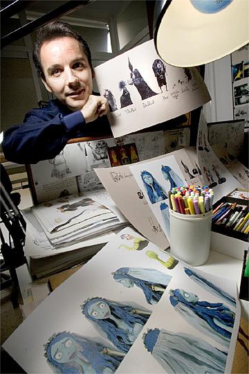 En su estudio, con los bocetos para la película de Tim Burton.