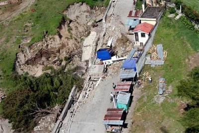Vista aérea de los daños causados por un corrimiento de tierras en la localidad de Panajachel.