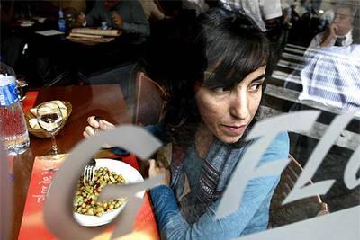 Carolina Alguacil, la joven que acuñó el término de  mileurista,  en un restaurante de Barcelona de a siete euros el menú donde va a comer algunos días al mes.