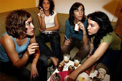 Ainara Barrenechea, Laura Caro, Carolina Alguacil y Belén Simón comparten piso en Barcelona. Forman parte de la generación de  mileuristas.