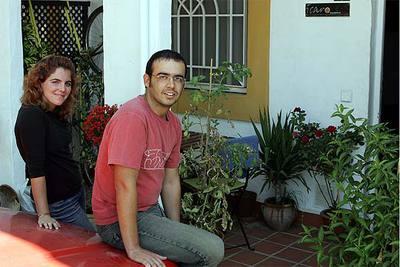 Daniel Castillejo y su novia, Lola Gómez, en la puerta de su casa de Sevilla.