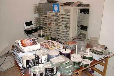 Algunas de las torres de copiado de discos y películas incautadas a la organización china desarticulada.