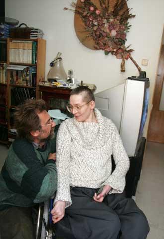 Bernadeta Lewandowska y su marido, en su casa de Toledo.