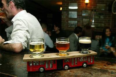 Tres clases de cerveza en una cervecería de Bogotá.