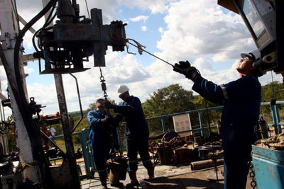 Varios trabajadores en un pozo petrolero en San Diego de Cabrutica, al noreste de Venezuela.