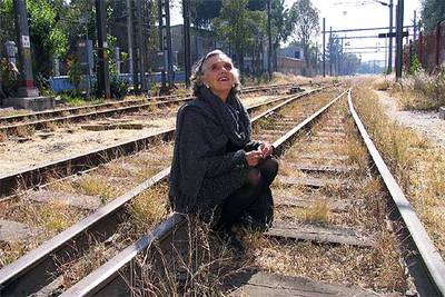 La narradora y periodista Elena Poniatowska, en la estación ferroviaria de Buenavista, en Ciudad de México.