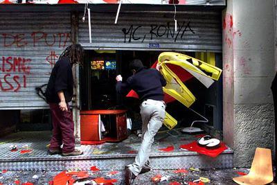 Dos jóvenes atacan una hamburguesería en Barcelona durante una manifestación de estudiantes contra la guerra de Irak en marzo de 2003.