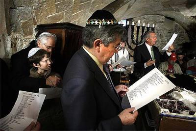 Miembros de la comunidad judía participan en la rehabilitación religiosa del templo.