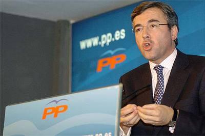 Ángel Acebes, durante la rueda de prensa que ofreció ayer en la sede central del PP.
