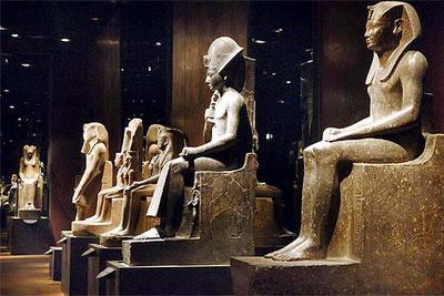Vista del montaje  Reflejos de piedra,  de Dante Ferretti, en el Museo Egipcio de Turín.