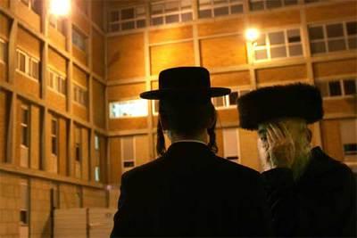 Dos judíos ultraortodoxos, delante del hospital de Jerusalén donde se encuentra Sharon.