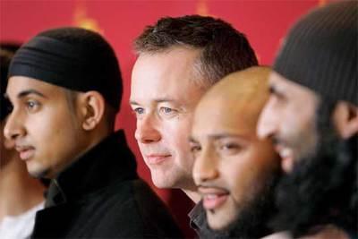 Michael Winterbottom (segundo por la izquierda) con Arfan Usman (a su derecha) y los actores y ex presos Ruhel Ahmed y Shafiq Rasul (ambos a su izquierda).