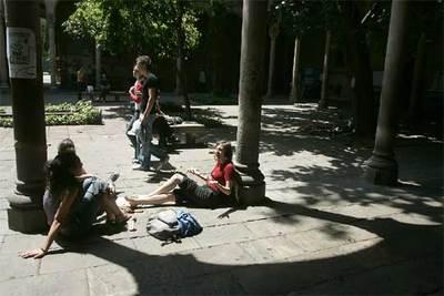 Un grupo de alumnos en el campus de una universidad española.