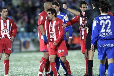 Ibagaza, en el centro, acaba de recibir una tarjeta amarilla que le impedirá jugar el sábado frente al Málaga.