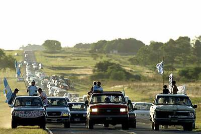 Manifestantes del municipio fronterizo argentino de Gualeyguaichú protestan por la construcción de dos papeleras en Uruguay.
