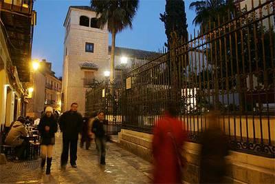 La calle de San Agustín y la torre  del Museo Picasso de Málaga, en el palacio de los condes de Buenavista, rehabilitado y ampliado por el arquitecto Richard Gluckman.