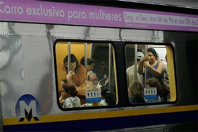 Vagón de metro en Río, en teoría exclusivo para mujeres.