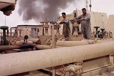 Trabajadores iraquíes se esfuerzan en mantener en servicio un oleoducto cercano a la refinería de Belji.