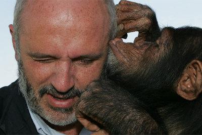 La chimpancé  Manuela  besa al diputado Francisco Garrido, conocedora de lo que él hace por los grandes simios.