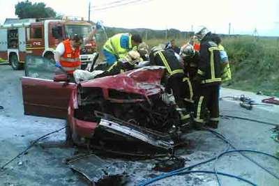 Los equipos de rescate atienden a los heridos en el accidente ocurrido en el término municipal de El Álamo.