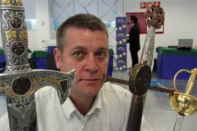 Ricardo Lop ha vendido espadas por Internet en 81 países