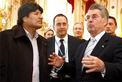 El presidente boliviano, Evo Morales, junto a su homólogo austriaco, Heinz Fischer, ayer en Viena.