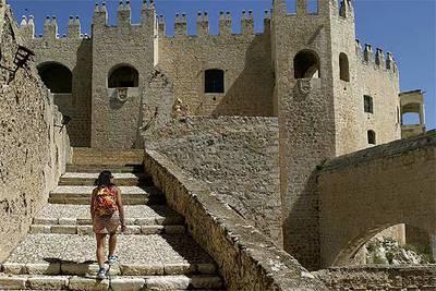 Una de las escaleras que suben al castillo del marqués de los Vélez (entrada gratuita), construido a principios del  XVI sobre las ruinas de una antigua alcazaba.
