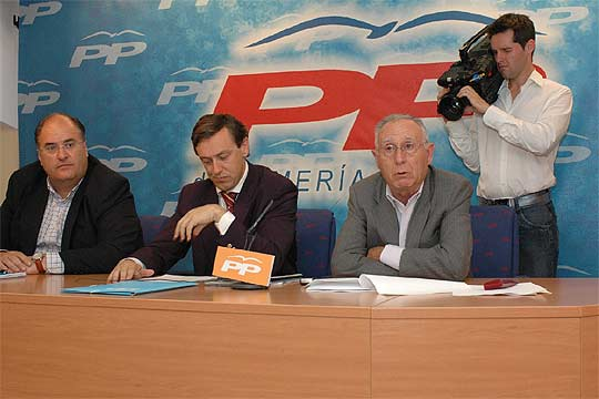 Eugenio Cabezón, Rafael Hernando (centro) y Julio Vázquez, ayer en la sede del PP en Almería.