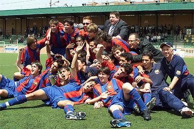 Equipo cadete del Barça que ganó la Copa Cataluña en 2003. Cesc (con la boca abierta), tumbado tras Messi.