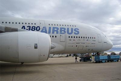 El nuevo avión de pasajeros Airbus 380, en la base de Morón de la Frontera (Sevilla).