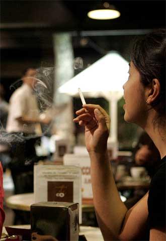 Cataluña permitirá que los restaurantes dejen sin aislar las zonas de fumadores