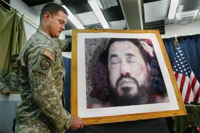 Un soldado de EE UU coloca una fotografía de Al Zarqaui ayer en una rueda de prensa en Bagdad.