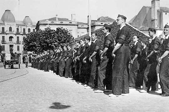 Una escuadra de falangistas en Vigo en el verano de 1936.