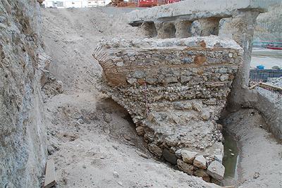 Restos del antiguo puente de Segovia, encontrados a unos 95 metros al norte del actual.