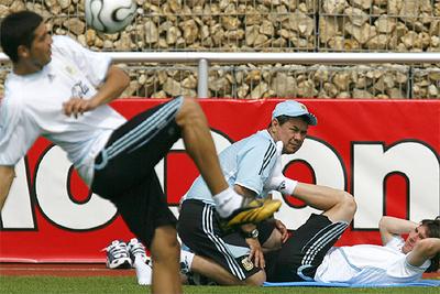 Riquelme se entrena con la pelota mientras Messi hace ejercicios físicos.