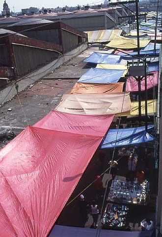 Una calle de Tepito, repleta de comercios callejeros.