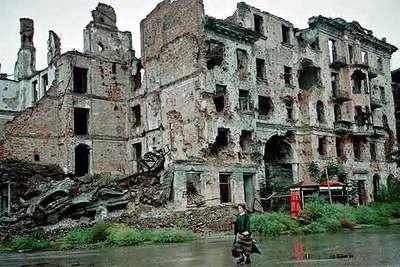 La capital de Chechenia, Grozni, ha sufrido los devastadores combates entre las tropas rusas y los rebeldes. Arriba, Ramán Kadírov, jefe del Gobierno checheno.