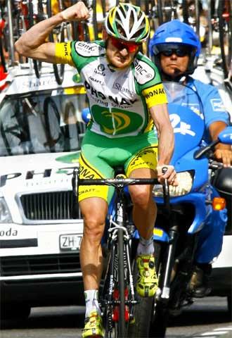 Landis hace un gesto de rabia al cruzar la meta como vencedor.