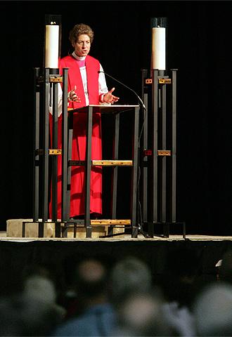 Katharine J. Schori pronuncia un sermón en una ceremonia durante la convención episcopaliana de junio en Columbus (Ohio).
