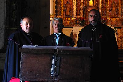 Los tres  hombres de acuerdo , Cesáreo González, a la izquierda, José Pérez y Serxio Álvarez, con el arca   en la que se guardaban los documentos con los privilegios.
