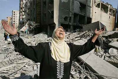 Una mujer llora ante las viviendas arrasadas por los bombardeos israelíes contra los barrios del sur de Beirut.