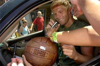 Eidur Gudjohnsen, el fichaje islandés del Barça, antes de firmar un balón de época.