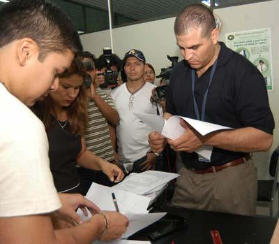 El fiscal boliviano Alberto Cornejo presenta la denuncia contra Saúl Encinas, directivo de Repsol YPF.