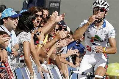 Alejandro Valverde responde al cariño de los aficionados al llegar a la meta.