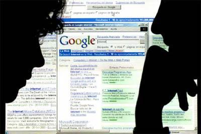 Dos usuarios de Internet consultan el buscador Google.