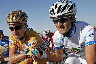 Alexander Vinokúrov y Alejandro Valverde se dan la mano durante la etapa de ayer.