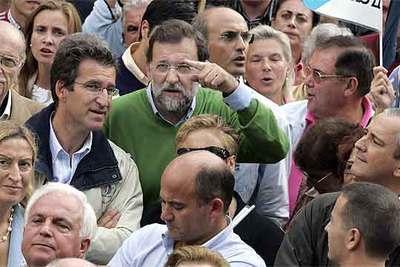 Mariano Rajoy (en el centro), rodeado de gran parte de la cúpula del PP gallego ayer durante la marcha.