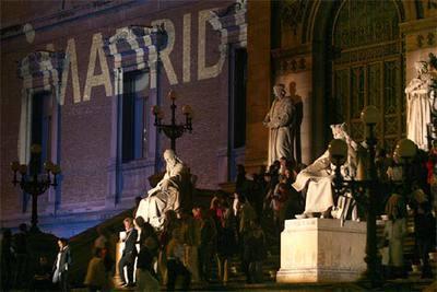 Visitantes nocturnos en la Biblioteca Nacional, durante la primera Noche en Blanco de Madrid.