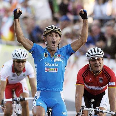 Bettini cruza la meta por delante de Zabel, a su derecha, y Valverde.