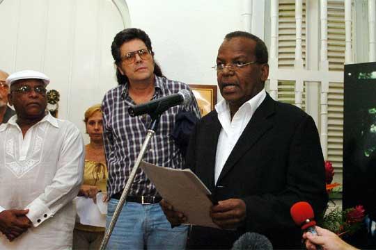 Los hijos de Compay Segundo, Basilio y Salvador, con el ministro de Cultura cubano, Abel Prieto (centro).